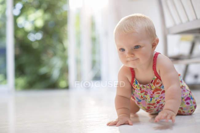 Малышка ползает по полу — стоковое фото