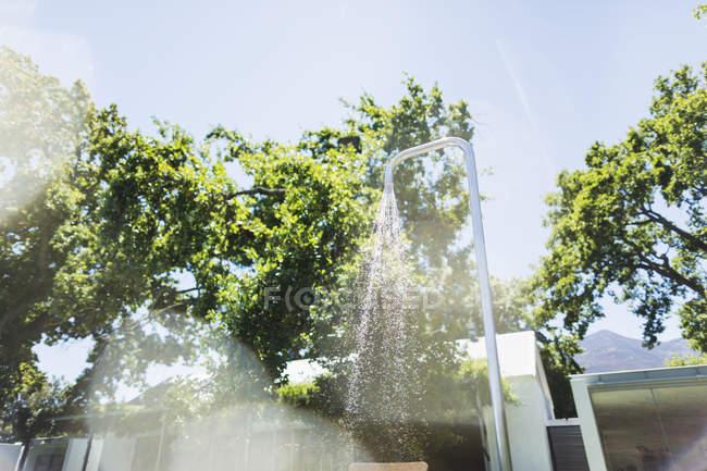 Eau courante de la douche extérieure — Photo de stock