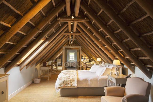 Luxus Schlafzimmer Dachgeschoss unter Holzdach — häuslich ...