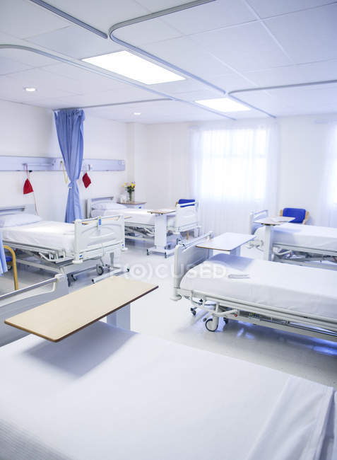 Empty beds in hospital room — Stock Photo