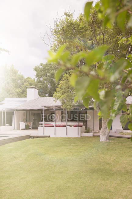 Cuidado jardín de la casa moderna - foto de stock