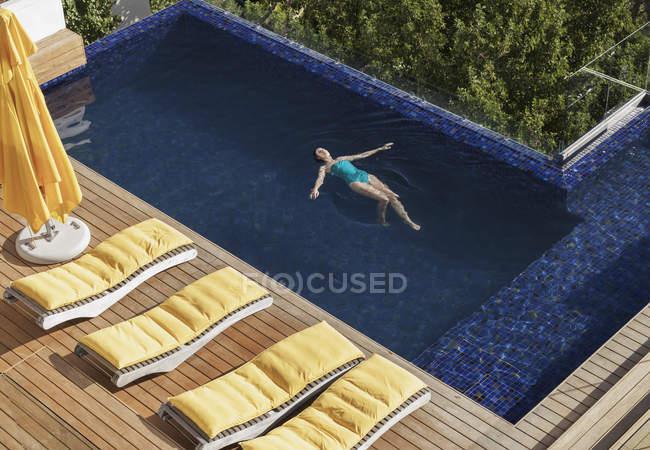 Жінки, які плавають у розкішних плавального басейну — стокове фото