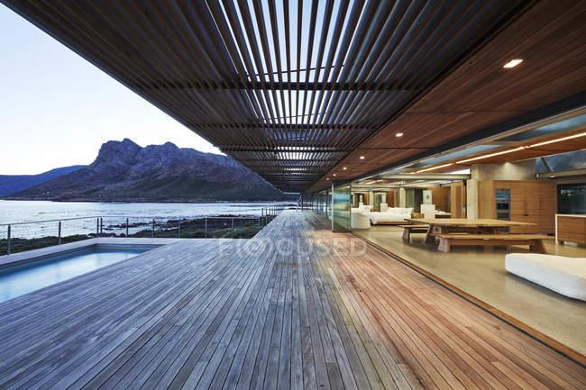 Patio de madera moderno de lujo con vista al mar - foto de stock