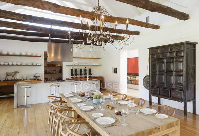 Candelabro sobre a sala de jantar na casa de luxo — Fotografia de Stock