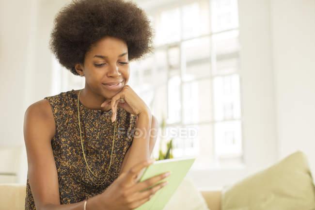 Donna d'affari che utilizza tablet digitale sul divano — Foto stock