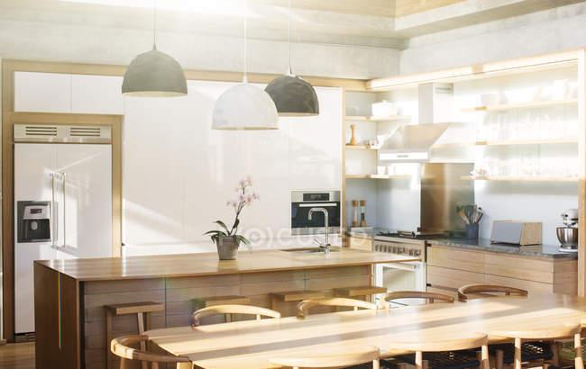 Cocina y mesa de comedor - foto de stock