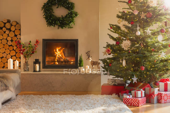Ambient fireplace and Christmas tree in living room — Stock Photo
