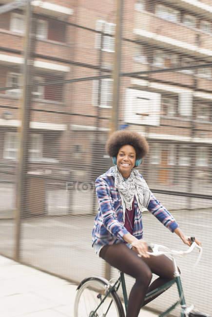Donna in bicicletta sulla strada della città — Foto stock
