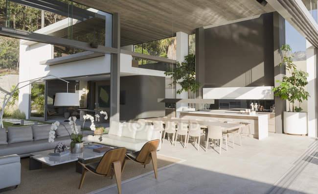 Ensolarado moderno, luxo casa vitrine interior sala de estar e sala de jantar — Fotografia de Stock