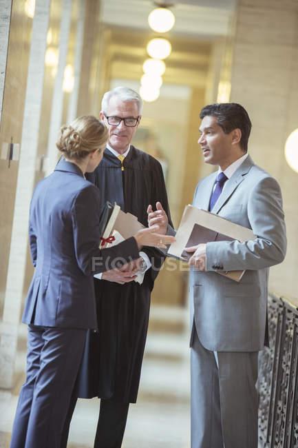Судді та юристи говорити в будівлі суду — стокове фото