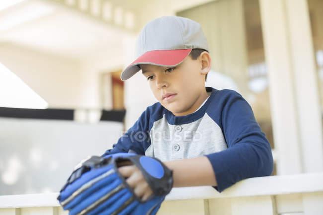 Garçon sérieux avec le gant de baseball — Photo de stock