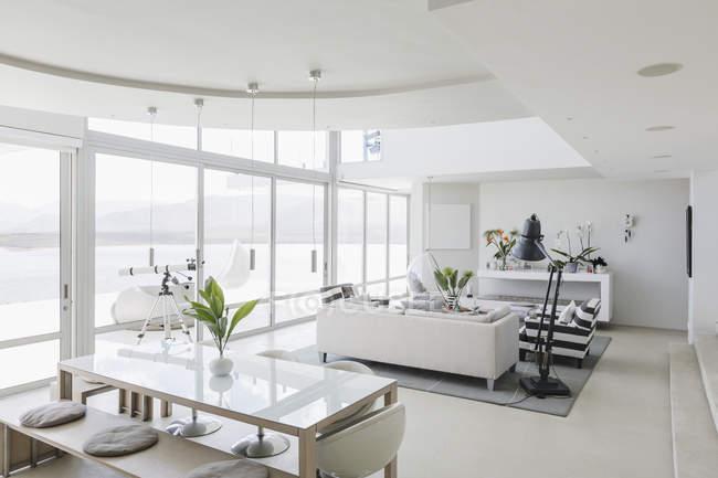 Vitrine casa luxo interior sala de estar e sala de jantar de plano aberto — Fotografia de Stock