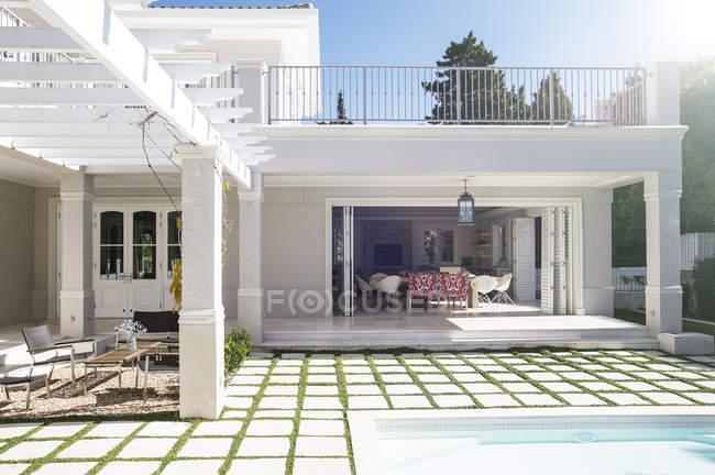 Pflastersteine auf der Terrasse am Pool des Luxus-Haus — Stockfoto
