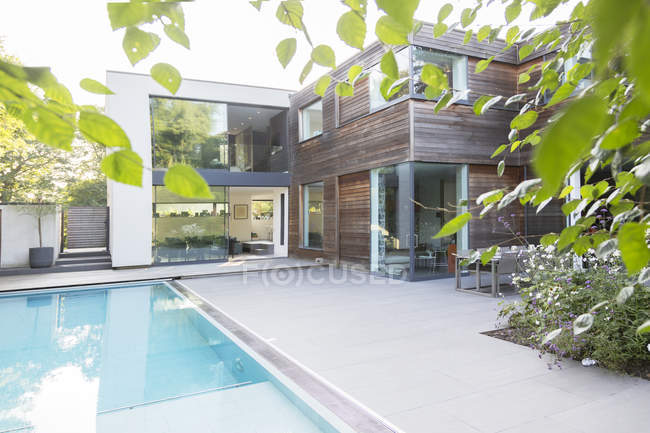 Modern house with swimming pool — Stock Photo
