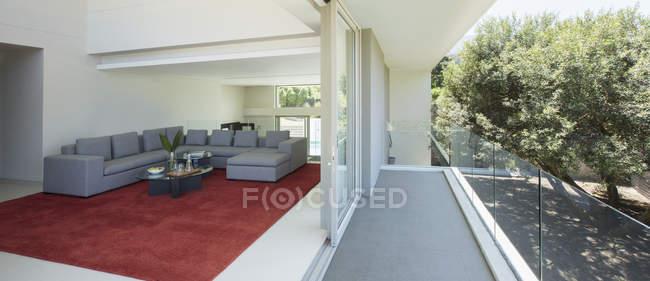 Moderna sala de estar aberta para a varanda — Fotografia de Stock