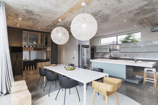 Luxus-Interieur des modernen Hauses, Esszimmer und Küche — Gebäude ...
