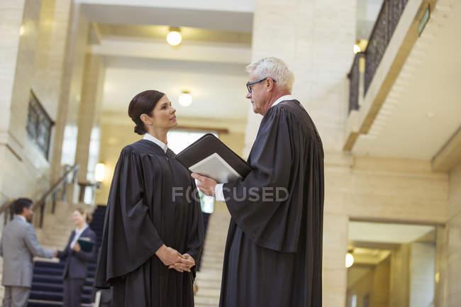 Судді говорити в будівлі суду — стокове фото