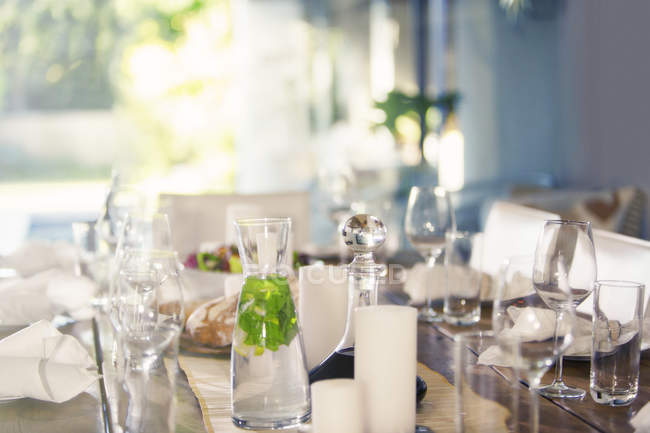 Set table at dinner party — Stock Photo