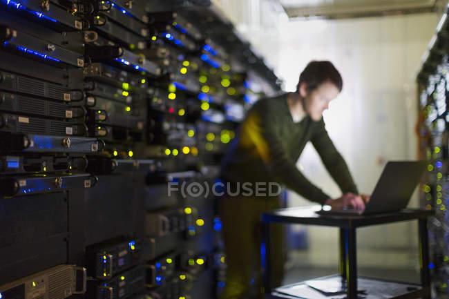 Сервер кімнаті технік працюють на ноутбук в коридорі — стокове фото