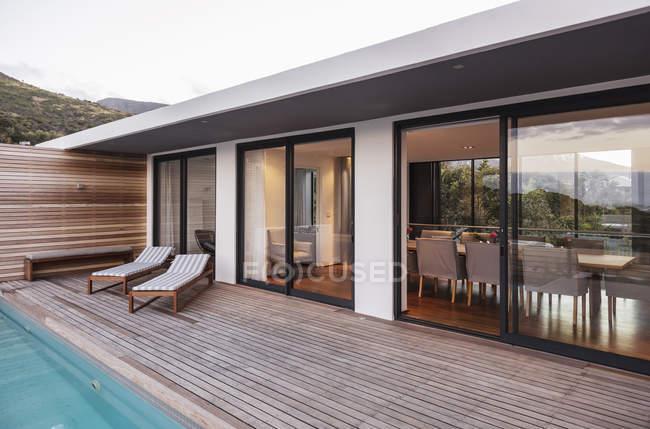 Moderne, Luxus home Schaufenster außen Terrasse — Stockfoto