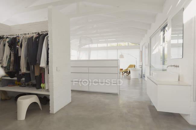 Bianco, moderno e minimalista con cabina armadio e bagno vanità — Foto stock
