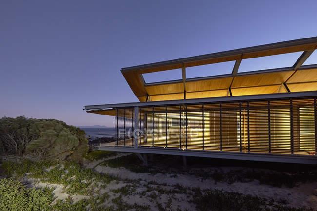 Beleuchtete moderne Luxus-Haus in der Dämmerung — Stockfoto