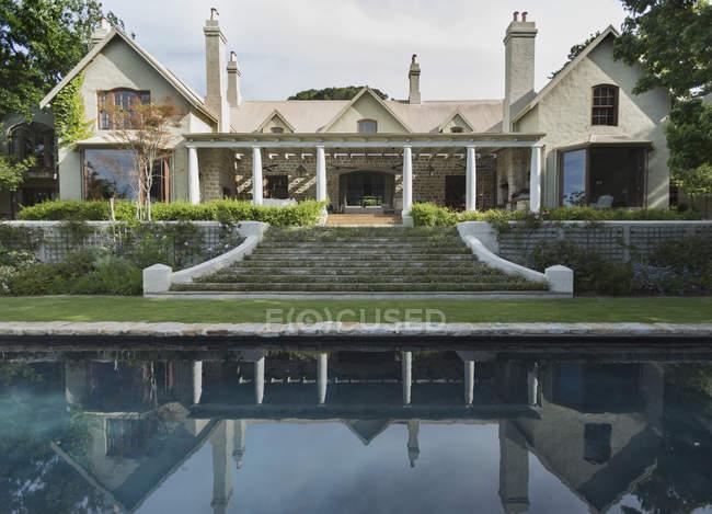 Роскошный современный дом против бассейн — стоковое фото