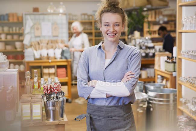 Ritratto sorridente donna imprenditore lavora nel negozio di — Foto stock