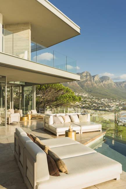 Солнечный современный витринный дворик с видом на горы — стоковое фото