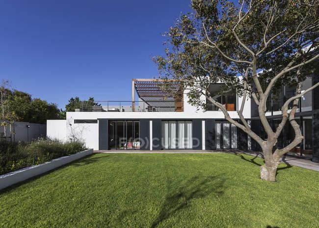 Sonnige moderne, Luxus home Schaufenster außen mit Baum — Stockfoto