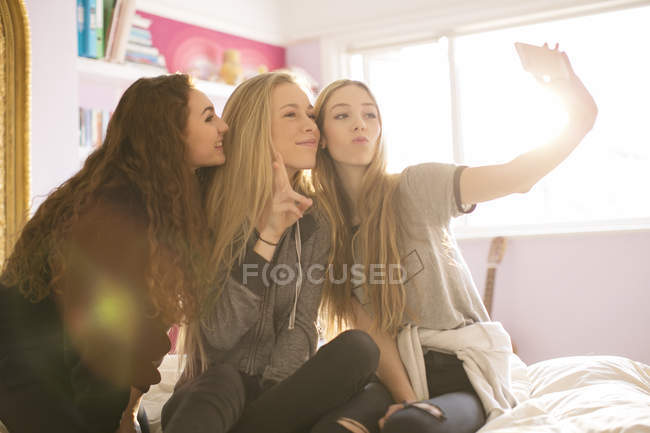 Teenage girls posing for selfie with camera phone — Stock Photo