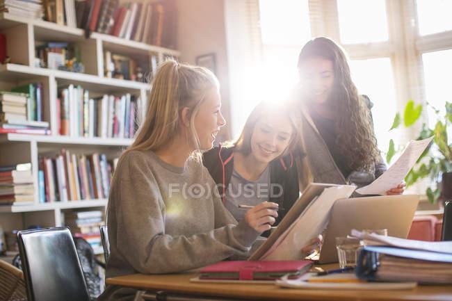 Ragazze adolescenti, fare i compiti — Foto stock