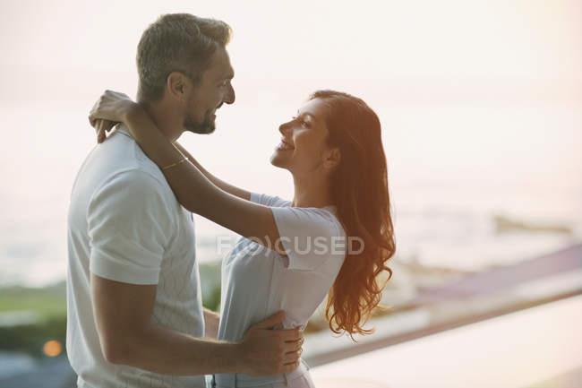 Zärtliches Paar, das sich von Angesicht zu Angesicht umarmt — Stockfoto