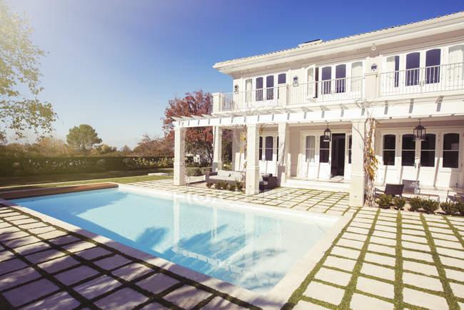 Swimmingpool außen Luxus-Haus — Stockfoto