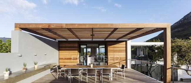 Sonnige moderne, Luxus home Schaufenster außen Terrasse — Stockfoto
