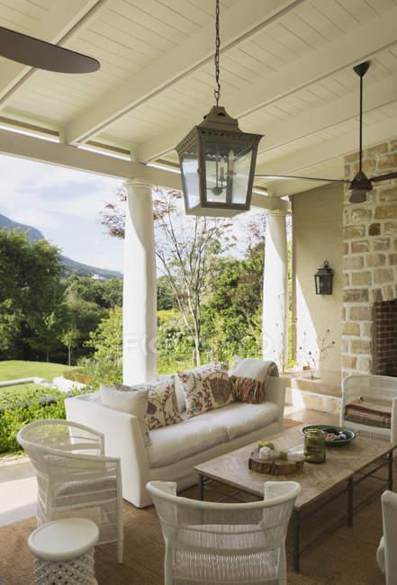Patio de casa moderna de lujo durante el día - foto de stock