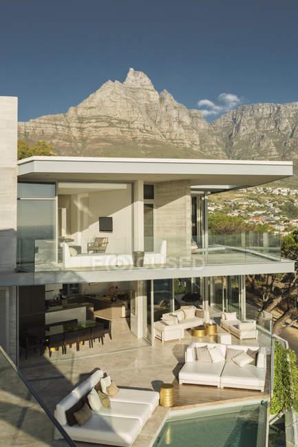Солнечная современная витрина роскошного дома в горах — стоковое фото