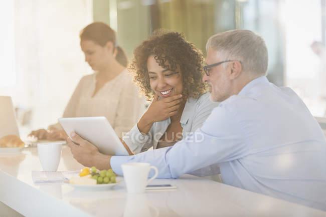 Uomini d'affari con tablet digitale riunione in ufficio — Foto stock