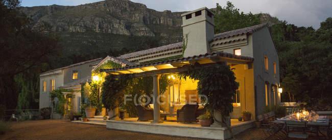 Роскошная вилла, освещенная по ночам снаружи — стоковое фото