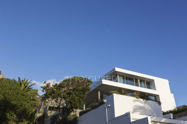 Modern luxury white home showcase exterior under blue sky — Stock Photo