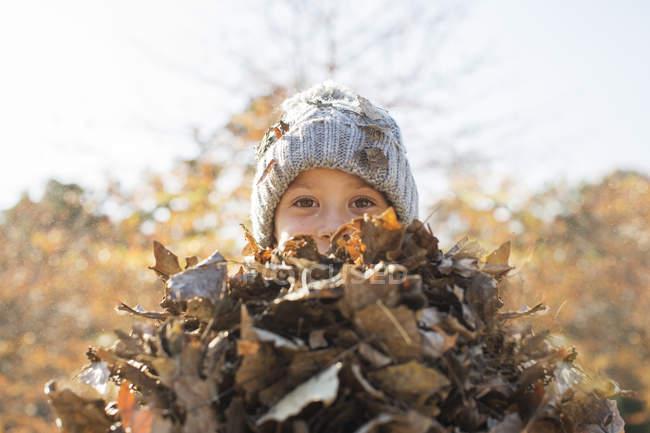 Bando de exploração de menino de retrato de Outono folhas — Fotografia de Stock