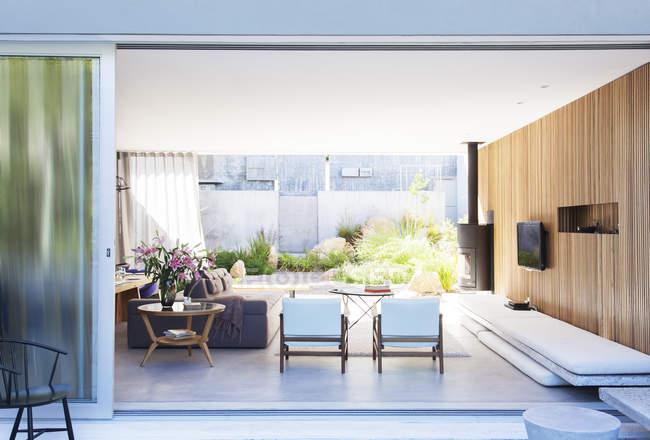 Розсувні скляні двері, що відкриваються сучасні вітальні — стокове фото