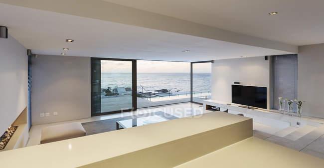 Сеграте, розкіш вітальня з внутрішнім двориком Двері відкриті для видом на океан — стокове фото
