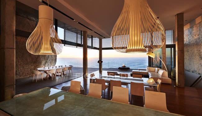 Hängeleuchten hängen in modernem Luxus-Haus mit Meerblick — Stockfoto