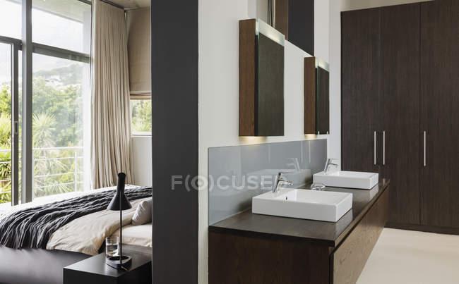 Luxury interior of modern house, bathroom and bedroom — Stock Photo