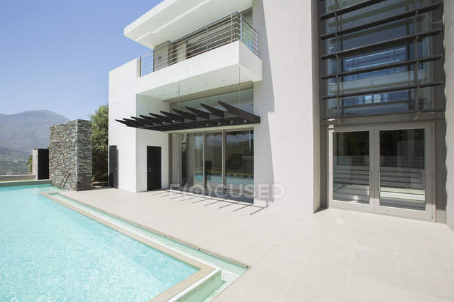 Modern house and swimming pool during daytime — Stock Photo