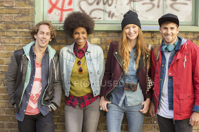 Друзья, улыбающиеся вместе на городской улице — стоковое фото
