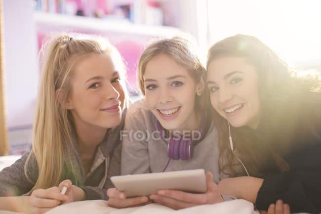Ritratto di sorridere adolescenti che utilizzano la compressa di digital — Foto stock