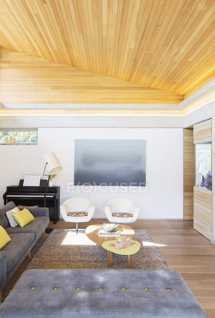 Techo de madera inclinado sobre la sala de estar - foto de stock