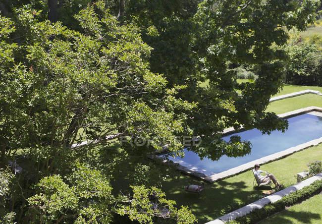 Piscina sob as árvores na casa moderna de luxo — Fotografia de Stock